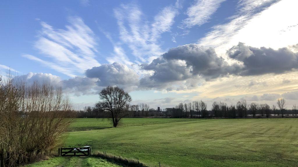 Wolken en uiterwaarden