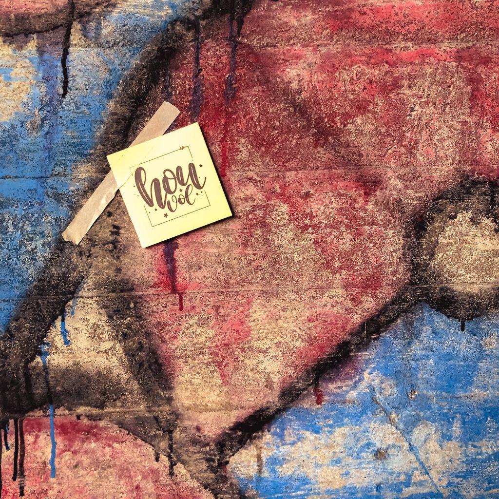 Kaartje tegen graffitimuur