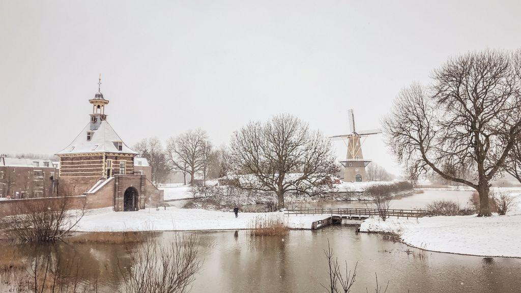 Dalempoort en molen in de sneeuw