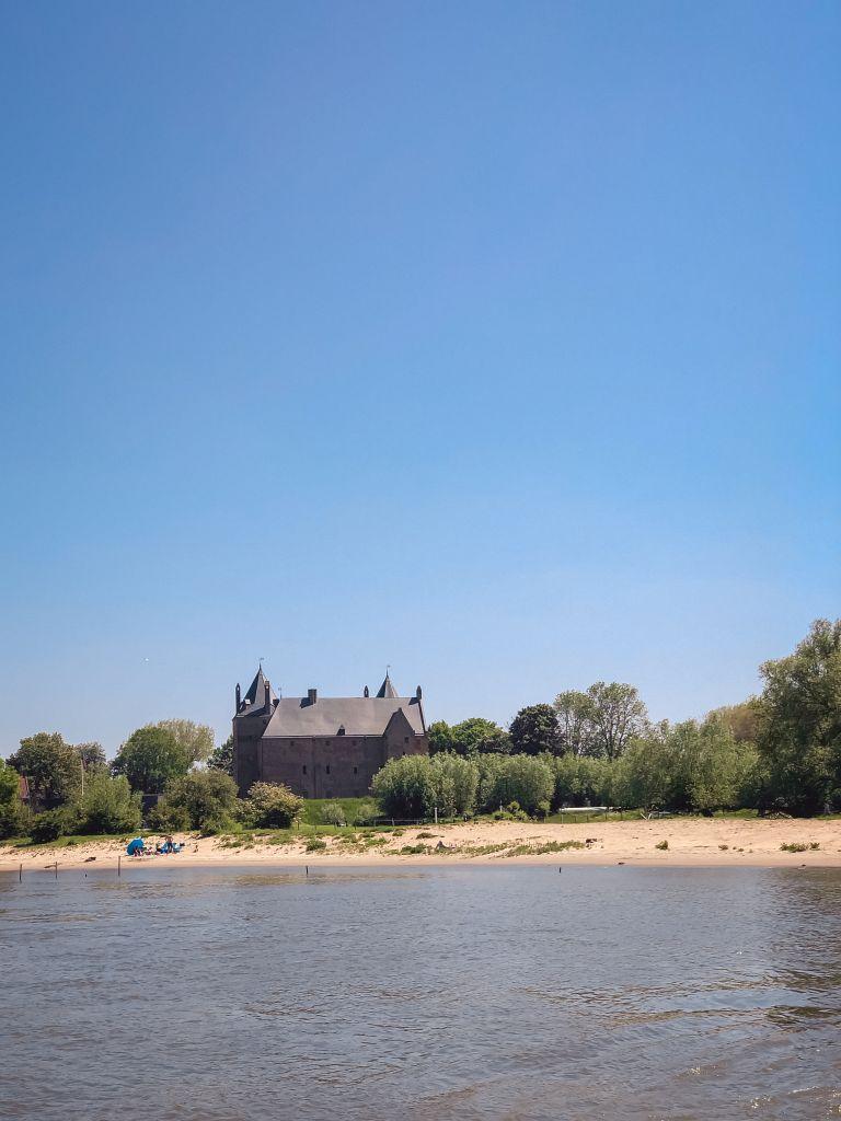 Slot Loevestein vanaf het water
