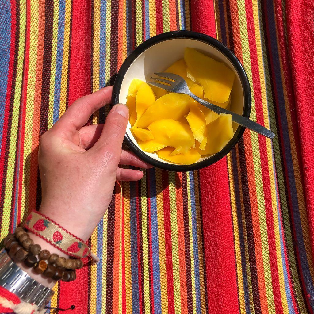 Mango eten in de hangmat