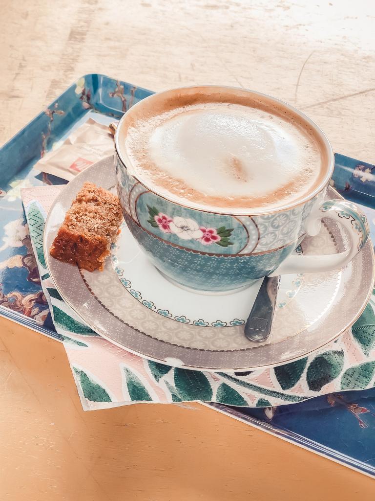 Koffie met een stukje koek