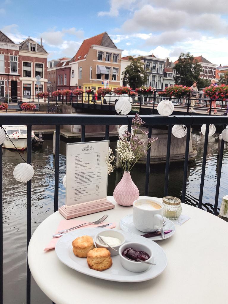 Koffie en scones en mooi uitzicht