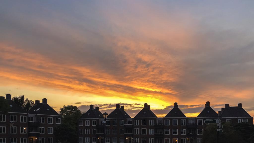 Zonsondergang boven de daken